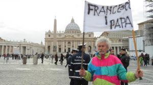 Fracesco I Papa reclama el cartel del profeta callejero en la plaza de san Pedro